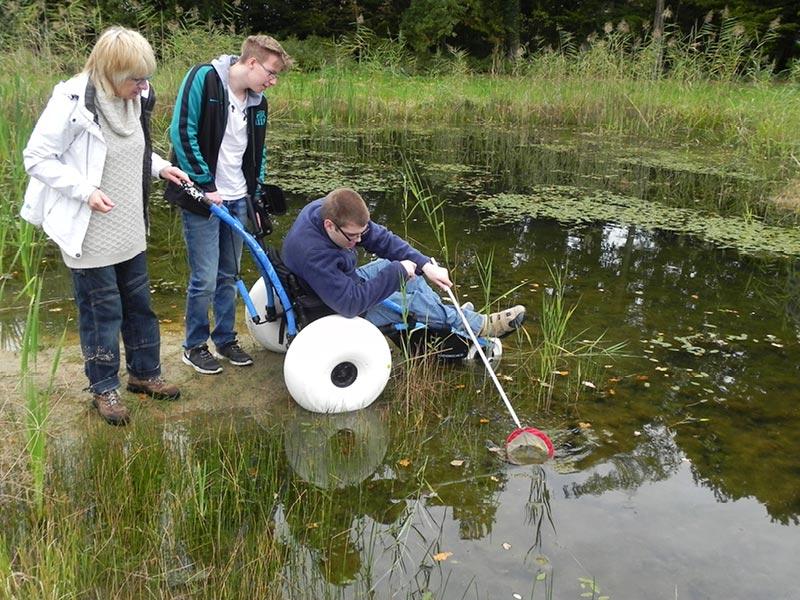 Mit Kescher für Menschen mit Behinderungen